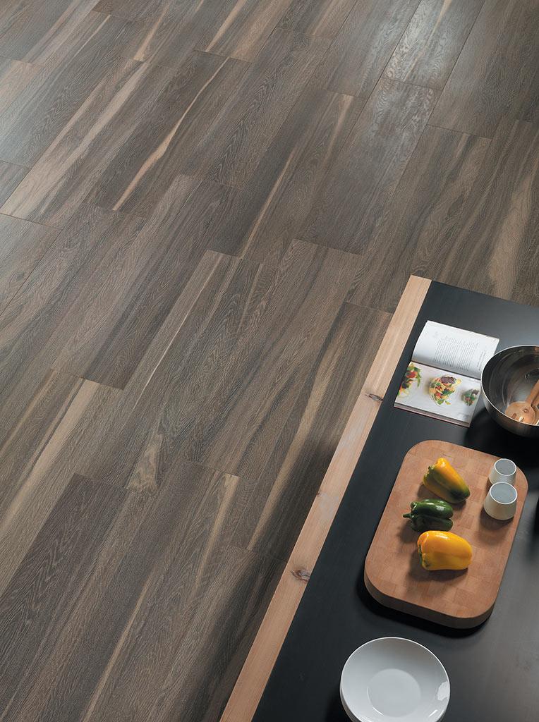 Pavimento salotto per appartamento a milano materie srl for Pavimento gres effetto pietra