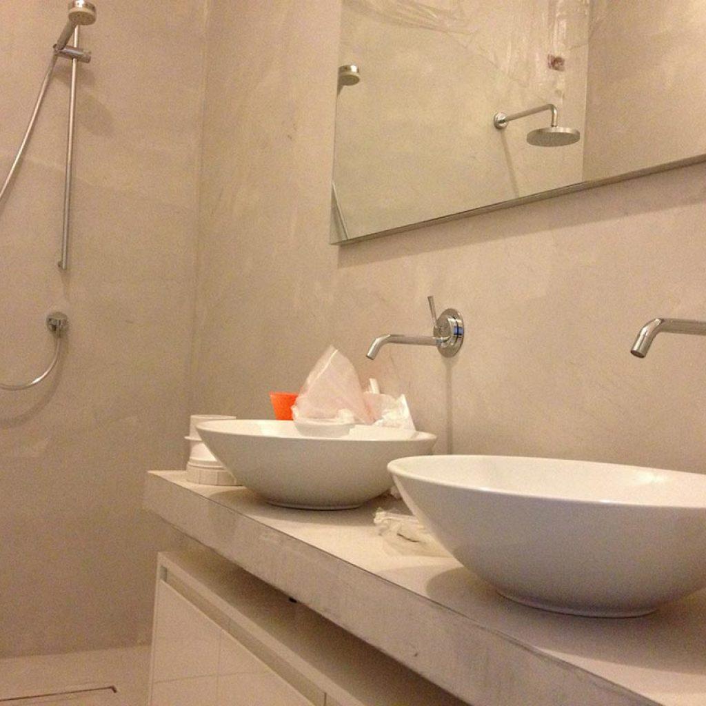 Resina cementizia pavimenti rivestimenti materie srl - Resina per pareti bagno ...