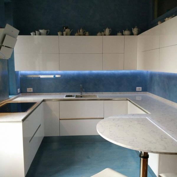 Angolo cucina: Resina cementizia su vecchie piastrelle