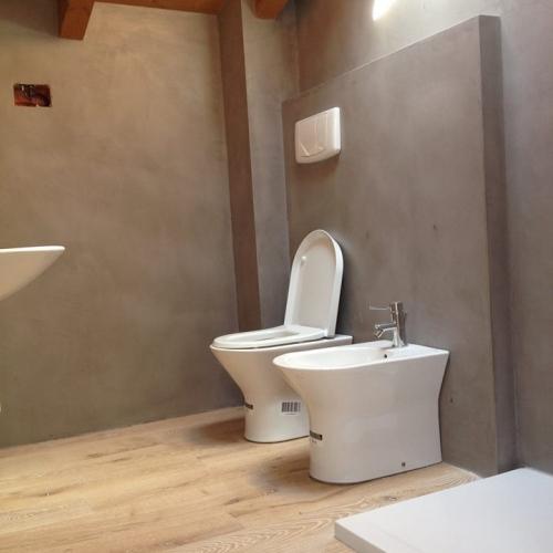 Ristrutturazione bagno resine e parquet materie - Pavimenti in resina bagno ...