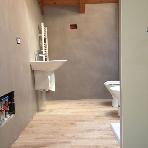 Ristrutturazione bagno resine e parquet materie - Resina in bagno ...